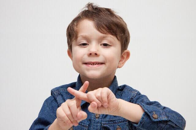 本番強要はダメと訴えている少年の画像