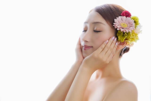 シャワー後のケアをしている女性の画像