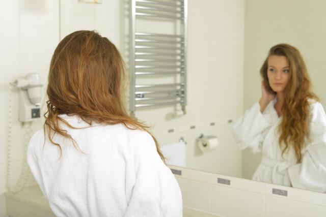 肌荒れを防ぐ正しいシャワーの浴び方を説明している女性の画像