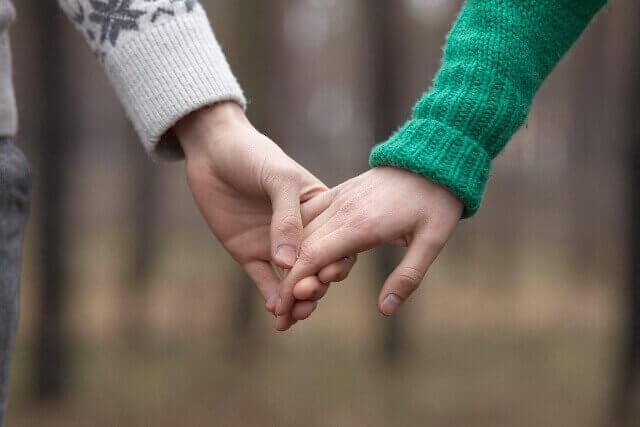 店外デートで手を繋いでいる男女の様子の画像