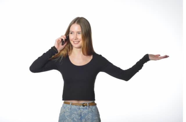 盗撮されて電話をかける女性の画像